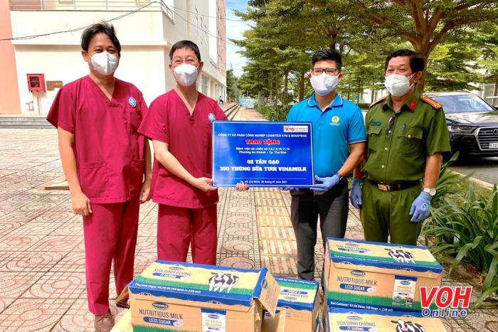 Mang sữa và suất ăn yêu thương đến với đội ngũ y bác sĩ ở bệnh viện dã chiến
